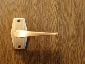 ドアのラッチ音がうるさい!静かにしたい!対処法と失敗しないコツは?