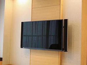 液晶テレビを壁掛けにしたいが倒壊しないか、2×4材はいくつまで大丈夫?
